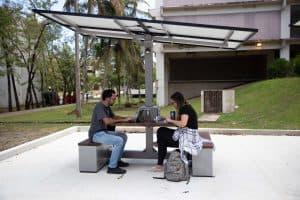 Instalan mesas solares para recargar celulares en la UPR en Río Piedras